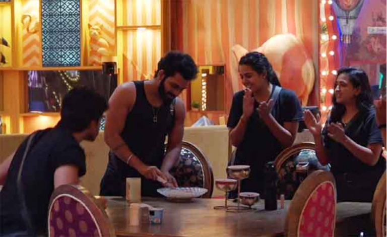 Bigg Boss 4: What did Monal gift Akhil on his Birthday?